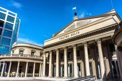 Teatro Solis在蓝天的歌剧院大厦在蒙得维的亚 免版税库存照片
