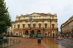 Teatroalla Scala en Piazza van de de dagmening van dellascala de regenachtige stad Italië van Milaan royalty-vrije stock afbeelding