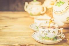Teaware i retro stil avslappnande teakvinna för cocktail party Arkivfoto