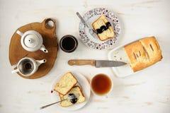 Teaware met eigengemaakte cake op witte lijst topview Stock Afbeeldingen