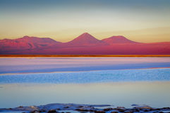 Tebenquinche盐水湖在圣佩德罗火山de阿塔卡马,智利 免版税库存照片