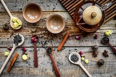 Tebjudninguppsättning Tekrukan, koppar, torkade teblad, fllowers, kryddor på bästa sikt för träbakgrund Royaltyfria Foton