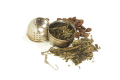 Teblad och kaffebönor med filtert Royaltyfri Bild