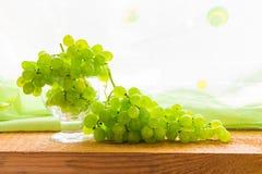 Teble de madeira da bacia das uvas do fruto Imagens de Stock Royalty Free