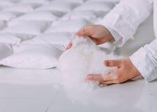 Teca blanca del paño de la fábrica de la fabricación de la manta del casete de la pelusa Imágenes de archivo libres de regalías