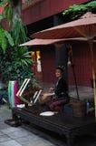 Tecelagem de seda tailandesa por uma senhora bonita em Jim Thomson House, Banguecoque Foto de Stock Royalty Free