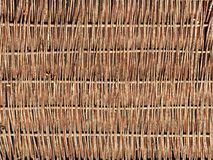 Tecelagem dos ramos do salgueiro Fundo para o projeto de componentes naturais Handwork Uso de recursos naturais Cerca da árvore fotografia de stock royalty free