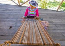 A tecelagem tradicional da alpaca corteja com o Peru de Arequipa do quadro fotografia de stock royalty free