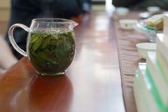 Teceremoni i den kinesiska restaurangen som bryggar grönt te royaltyfria foton