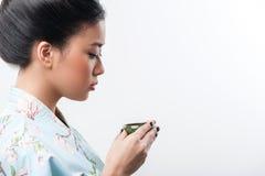 Teceremoni som föras av den asiatiska kvinnan Arkivbilder