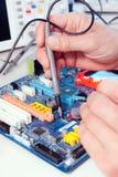 Tech testar elektronisk utrustning Royaltyfria Foton
