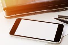 Techapparatåtlöje upp på kontorsbakgrund Arkivbild