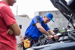 Techinician pomocy klient załatwia jego samochód zdjęcia stock