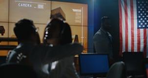 Technici die de opdracht van Mars vieren stock video