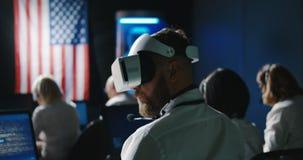 Technici die de zwerverbeweging overzien van Mars stock footage