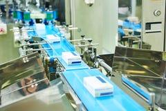 Technici die in farmaceutische producti werken Stock Afbeeldingen