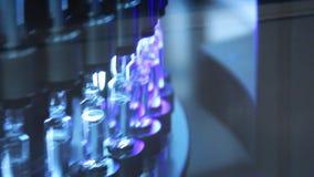 Technici die in farmaceutische producti werken Medische ampullen bij de farmaceutische productie stock videobeelden