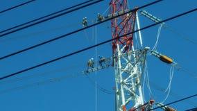4 technici die van het kabelonderhoud op de kabels, Fukuoka zitten royalty-vrije stock fotografie