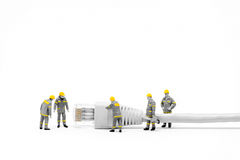 Technici met cat5 netwerkkabel Het concept van het voorzien van een netwerk royalty-vrije stock afbeeldingen
