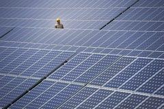 Technicien à la centrale électrique solaire photo libre de droits