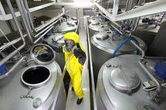 Technicien avec le pouce vers le haut du geste à l'usine image libre de droits