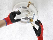 Technicien d'électricien au travail sur un système électrique résidentiel Photographie stock libre de droits