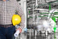 Technicien d'entretien à l'intérieur d'usine de centrale thermique image stock