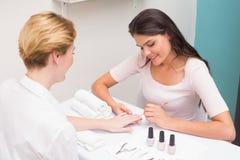 Technicien d'ongle donnant à client une manucure Photos libres de droits