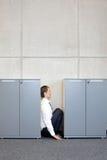 Technicien dans l'uniforme blanc avec le seau ouvrant le réservoir de processus industriel Photographie stock