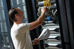 Technicien dans la chambre de serveur Images stock