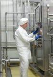 Technicien de biotechnologie commandant le processus industriel images stock