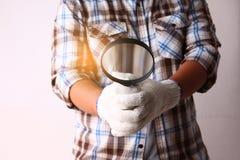 Technicien de construction tenant une loupe photographie stock
