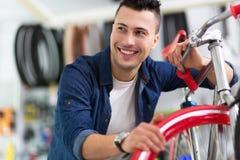 Technicien de cycle dans l'atelier Photos stock