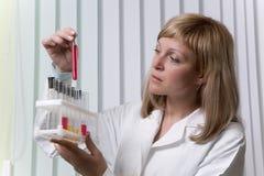 Technicien de laboratoire avec le tube à essai Photographie stock libre de droits