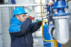 Technicien de système de chauffage dans la chaufferie photographie stock