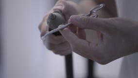 Technicien dentaire polissant les dents en c?ramique artificielles utilisant la sableuse d'air comprim? dans le laboratoire denta banque de vidéos