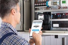 Technicien Doing Meter Reading à l'aide du portable photos stock