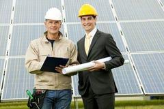 Technicien et ingénieur à la centrale électrique solaire Photos stock