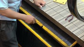 Technicien fixer l'escalator au centre commercial banque de vidéos