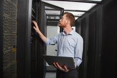 Technicien informatique habile établissant la connexion photographie stock