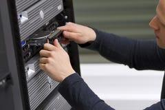 Technicien informatique Install une unité de disque dur Photographie stock