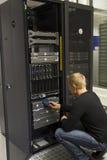 Technicien Insert Backup Tape Image libre de droits
