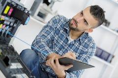 Technicien masculin évaluant le photocopieur photo libre de droits