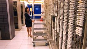 Technicien poussant l'échelle de roulement clips vidéos
