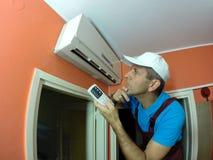 Technicien qualifié Examining Air Conditioner Photos libres de droits