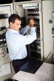 Technicien réparant la machine Images stock