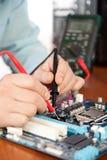 Technicien réparant le matériel d'ordinateur dans le laboratoire Photographie stock libre de droits