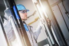 Technicien Taking Look de commande numérique par ordinateur Image libre de droits