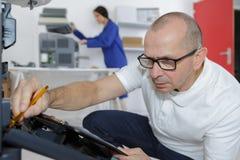 Technicien travaillant au photocopieur images libres de droits