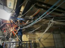 Technicien travaillant au site photo libre de droits